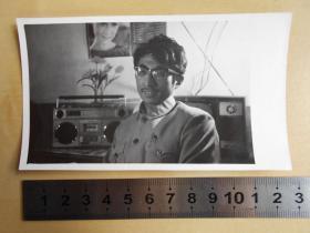 老照片【80年代,时尚小青年家里有电视机,录音机,影星年历】