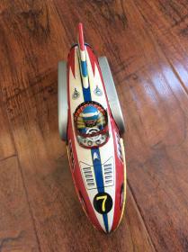老的铁皮玩具一个,惯性火箭车看图东西不错还能用跑时有声音,只能发快递