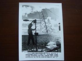 向科技高峰攀登 建国三十五周年重大科技成果集锦 (配合国庆宣传稿之二):24、第一次远洋科学调查,气象人员在维护卫星云图接收天线(新华社新闻展览照片1984年)