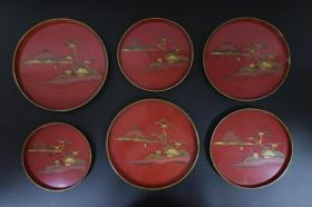 《日本传统工艺漆器》一套6件 圆盘 木胎漆盘 手绘图案 富士山 帆船 房屋等图案 无异味 日本传统风格 最大直径26.4cm 高2cm 公元前二百多年中国的漆艺就开始流传到日本,由于地理环境相似,日本也组织起了漆器生产。
