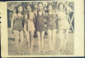 民国24年8月29日《号外画报》刊有:五泳将在上海虹口游泳池合影等。