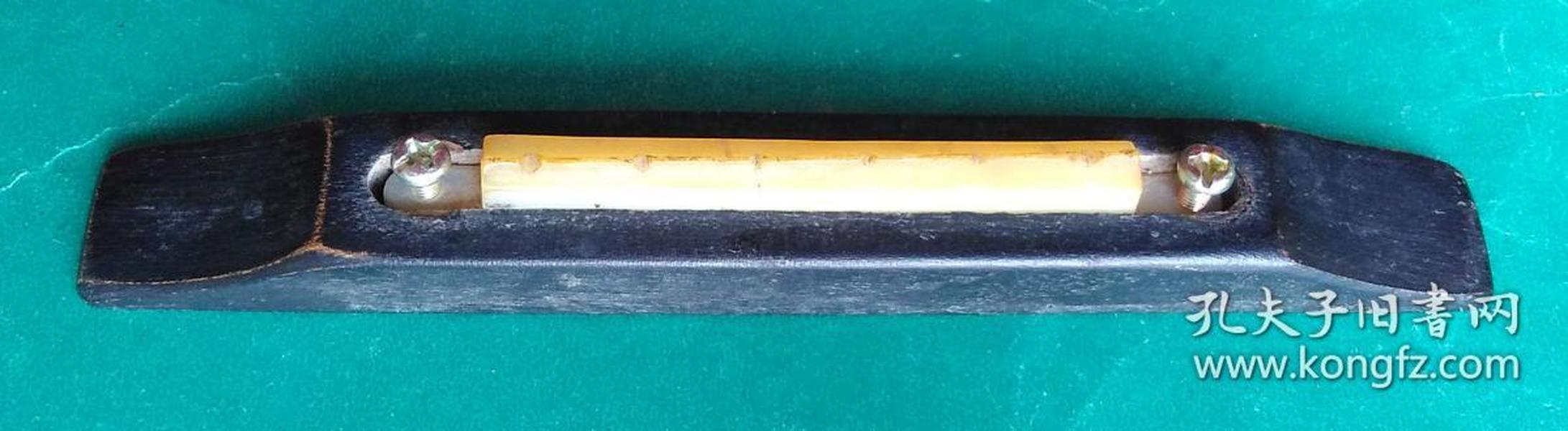 早期老吉他上的 下弦枕(Lower Nut)两个螺丝中心距离7.1厘米