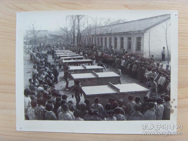 老照片:【※1979年,安徽省休宁县海阳第二小学,学生在简易水泥台上打乒乓球※】
