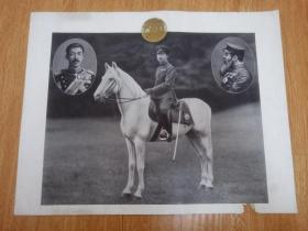 民国日本印刷《昭和天皇骑马照片》,上边左右两角各有大正天皇和明治天皇的照片,中间天皇家徽金色菊花纹