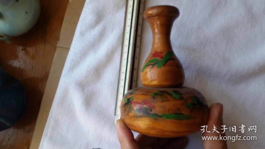 民国前后的木制酒葫芦,木头材质不详。高度为14.5厘米直径10.5厘米手工测量会稍有误差,看这个彩绘的重彩更接近于民国。多拍邮资合并只收一次的