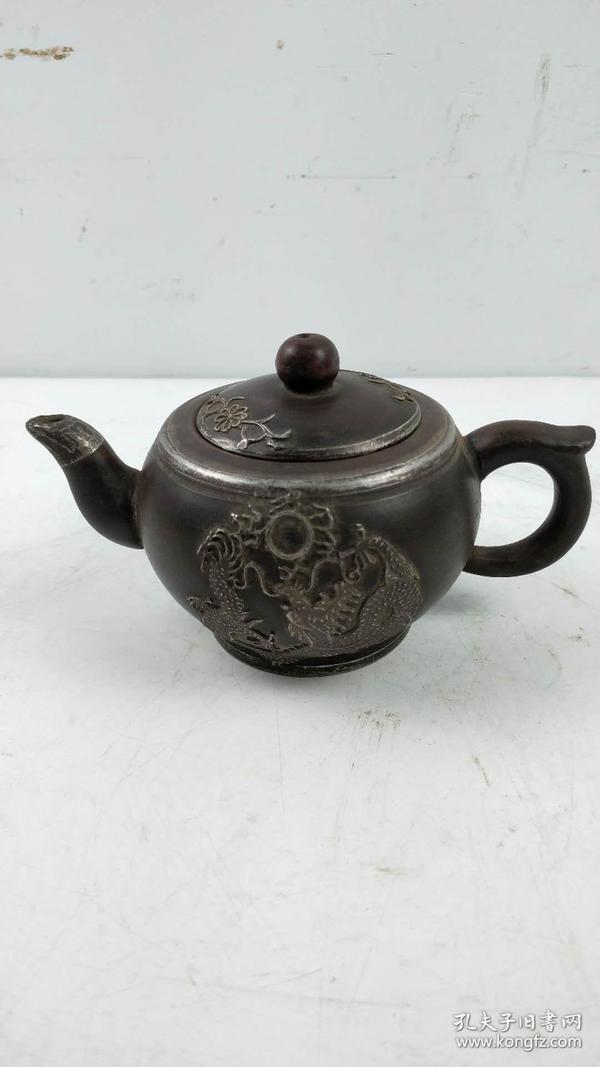 村里收来的包银老紫砂壶一把,做工精细,品相一流,完好无缺,尺寸如图:16.5cm,11.3cm