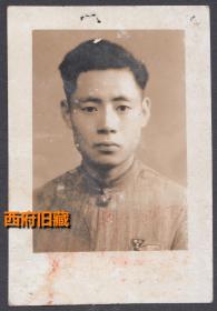 民国老照片,1948年高中毕业留影,看胸前的校徽像是成都的石室中学