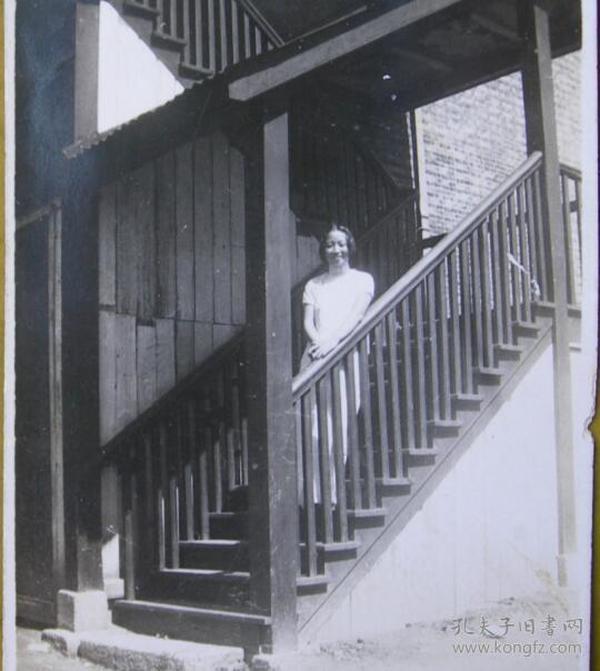 民国老照片:维英,木房子,阶梯上。有背题。【上海新陆师范学校毕业、上海粤东中学教员——宗品华小姐私藏民国旗袍美女系列】