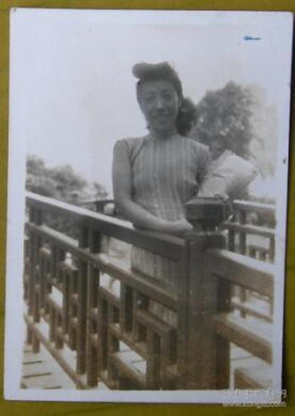 民国老照片:美女,木桥。【上海新陆师范学校毕业、上海粤东中学教员——宗品华小姐私藏民国旗袍美女系列】