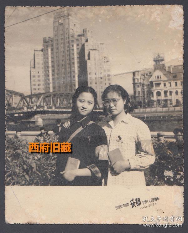 文革特色老照片,手持毛主席语录的美女红卫兵