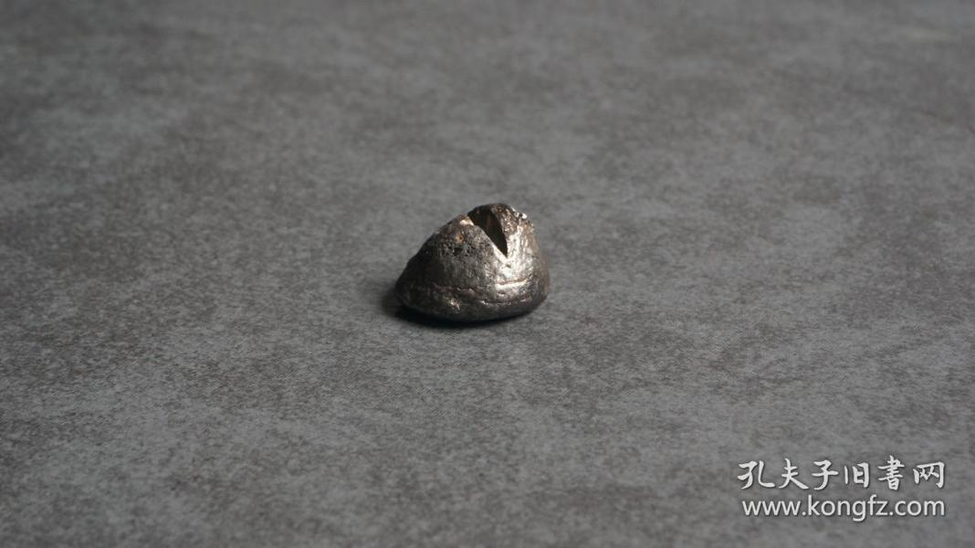 """【本周特价800元出售,下周恢复原价】清代山东传世银锞子1粒。锞子也就是散碎银子,俗称""""小馒头"""",是古代货币的一种,民国时,大量银锭锞子被化铸银元,故留存至今的银锭锞子已然不多,《红楼梦》中就有多次出现锞子,例如《红楼梦》第四十二回""""说着便抽系子,掏出两个笔锭如意的锞子来给他瞧"""";又《红楼梦》第七回""""两个状元及第的小金锞子""""。武侠片动辄出现碎银子,也都是指这种锞子,喜欢的买去怀旧挺好。."""