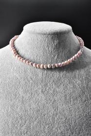 《纯天然珍珠项链》一条  单颗珍珠尺寸7.3*5.3*6.1mm,全长44cm,总重量25.48克,高级天然珍珠 莹润透亮 色彩斑斓 具有粉白浅瑰丽色彩和高雅气质 象征着健康 纯洁 富有和幸福 自古以来为人们所喜爱