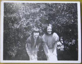 民国老照片:韦芳、叶泽瑞——笑得很开心。背面有题。【上海新陆师范学校毕业、上海粤东中学教员——宗品华小姐私藏民国旗袍美女系列】