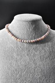 《纯天然珍珠项链》一条  单颗珍珠尺寸6.1*6.3*6.1mm,全长42.5cm,总重量23.34克,高级天然珍珠 莹润透亮 色彩斑斓 具有粉白浅瑰丽色彩和高雅气质 象征着健康 纯洁 富有和幸福 自古以来为人们所喜爱