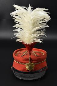 罕见  甲午战争时期尉官礼帽《日军尉官礼帽》一顶 日本近卫师团乐长礼帽 红色 前立完好 军帽轻微破损虫蛀  明治27/28年(1894年)日本陆军制式军帽 尺寸:长25CM宽20CM高37CM