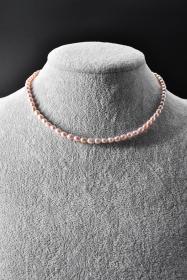 《纯天然珍珠项链》一条  单颗珍珠尺寸4.5*4.4*5.3mm,全长40cm,总重量11.35克,高级天然珍珠 莹润透亮 色彩斑斓 具有粉白浅瑰丽色彩和高雅气质 象征着健康 纯洁 富有和幸福 自古以来为人们所喜爱