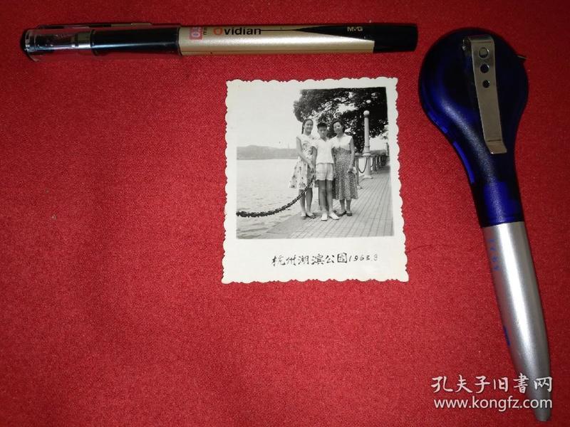 一个母亲和一儿一女合影1963年(杭州湖滨公园)