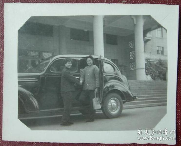 老照片:美女握手——老式汽车—-【韶华胜极系列】