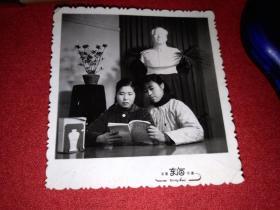 姐妹学毛选合影1966年