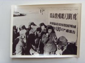 """老照片:【※1965年,廖初江给战士讲""""磨刀防虎""""※】"""