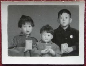 文革老照片:红宝书、毛主席像章,小孩可爱!【陌上花开系列】