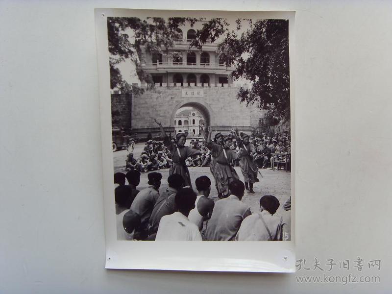 """老照片:【※1966年,内蒙古蒙古族""""乌兰牧骑""""演出队,在广西凭祥市友谊关演出※】"""