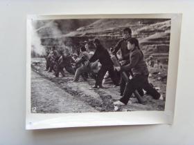 老照片:【※1966年,山东省女民兵,迫击炮射击训练※】