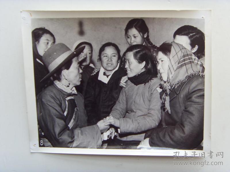 老照片:【※1966年,山西昔阳县大寨,党支部副书记宋丽英,向参观者介绍大寨妇女的革命经验※】