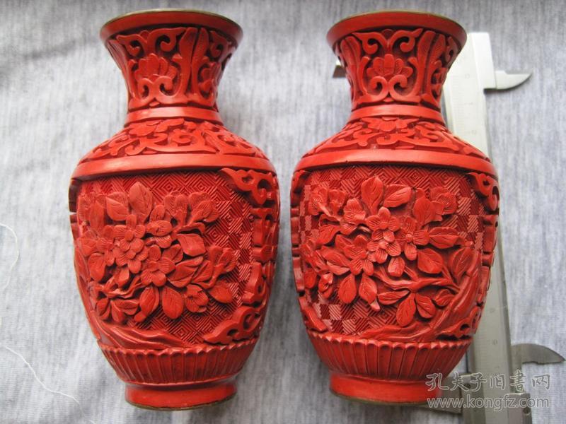 日本回流《雕漆小花瓶一对》品相完整(尺寸: 10 × 8 × 10 cm)