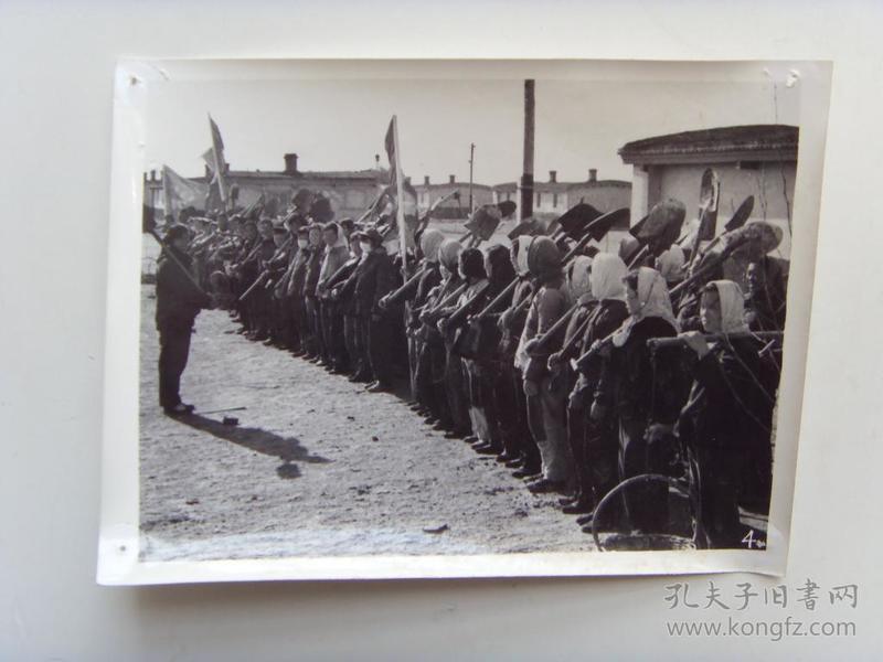 老照片:【※1966年,大庆油田职工家属,参加集体生产劳作※】