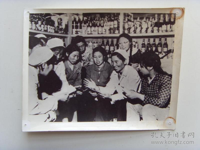老照片:【※1966年,沈阳市和平副食品商店营业员--李素文(后担任辽宁省委书记,全国人大副委员长)※】