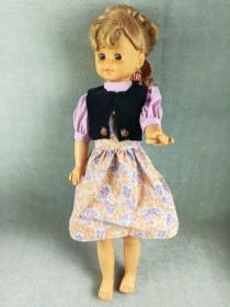 非常漂亮的老胶皮娃娃,造型精致做工好,衣服和品相极佳的胶塑娃娃