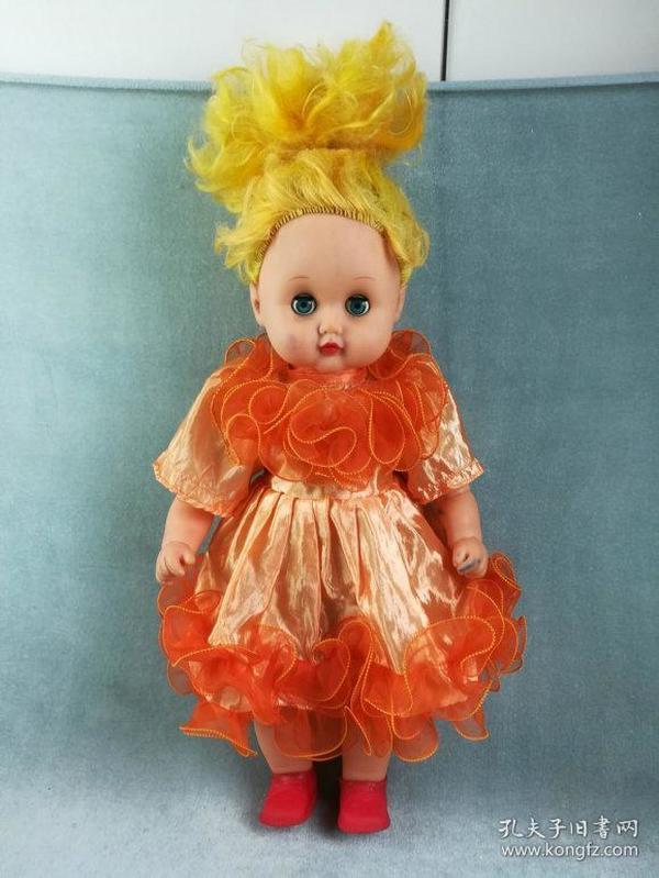 非常漂亮的老胶皮娃娃,造型精致做工好,衣服品相极佳的胶塑娃娃,胶塑加棉质,品相如图