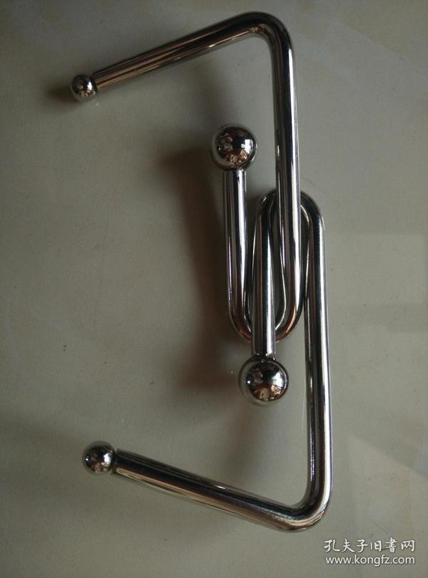 穿在一起的两个钩,可以巧妙拆开。益智玩具一个。