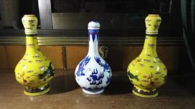 酒瓶(龙瓶3个合售,瓶盖都在,当中青花的那个瓶口有点小飞皮,黄瓶高24CM,青花瓶高22CM)