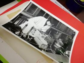 1956年陕西华州(古脊椎动物学家杨钟健研究鸭嘴龙、南开大学物理系电子物理专业汪佳平教授测量宇宙射线照片1张-时盘棋、张映华摄影。