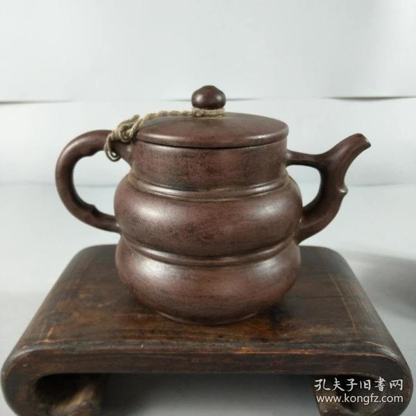 老紫砂壶一把,包浆自然,完整漂亮,砂质均匀,包老包真包退,保存完整,不满意可退货。