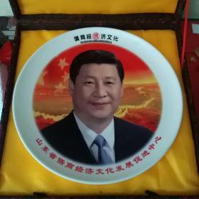 直径30.2厘米的釉下彩,主席摆盘(锦盒里夹着一本吴秀花刻瓷艺术画集不知道什么意思,看盘子也不像是刻瓷的)