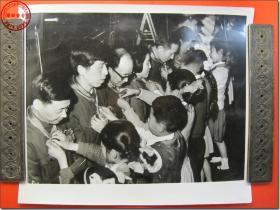《1978年3月18日至31日全国科学大会新闻照片之16:少年儿童给领奖代表戴上鲜艳的红领巾。》,1978年3月原版黑白老照片,银盐纸基。尺寸规格(长×宽):30.5厘米×25.5厘米。新华社摄影记者拍摄。