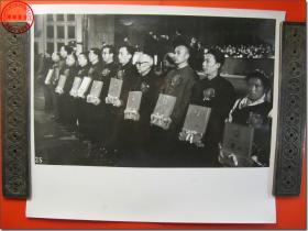 《1978年3月18日至31日全国科学大会新闻照片之15:中共中央召开的全国科学大会,圆满的完成了各项任务以后,三月三十一日胜利闭幕。 图为各省市自治区、各部门的部分领奖代表。》,1978年3月原版黑白老照片,银盐纸基。尺寸规格(长×宽):30.5厘米×25.5厘米。新华社摄影记者拍摄。