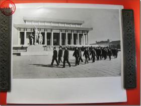 《1978年3月18日至31日全国科学大会新闻照片之11:代表们来到毛主席纪念堂,瞻仰毛主席遗容。》,1978年3月原版黑白老照片,银盐纸基。尺寸规格(长×宽):30.5厘米×25.5厘米。新华社摄影记者拍摄。