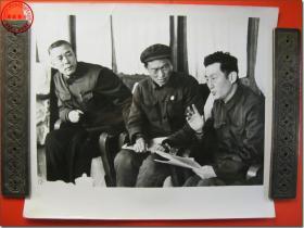 《1978年3月18日至31日全国科学大会新闻照片之10:图为河北省代表,开滦煤矿总工程师殷继昌(右)表示,一定要落实英明领袖华主席在唐山地震后到开滦煤矿作地重要指示,要围绕挖潜、革新、改造,大搞科学实验,把煤矿生产搞上去。》,1978年3月原版黑白老照片,银盐纸基。尺寸规格(长×宽):30.5厘米×25.5厘米。新华社摄影记者拍摄。