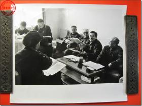 《1978年3月18日至31日全国科学大会新闻照片之09:1978年3月参加全国科学大会的石油工业部代表在热烈讨论》,1978年3月原版黑白老照片,银盐纸基。尺寸规格(长×宽):30.5厘米×25.5厘米。新华社摄影记者拍摄。