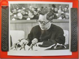 《1978年3月18日至31日全国科学大会新闻照片之05:1978年3月中共中央政治局委员、国务院副总理、国家科委主任方毅在全国科学大会上作报告》,1978年3月原版黑白老照片,银盐纸基。尺寸规格(长×宽):30.5厘米×25.5厘米。新华社摄影记者拍摄。