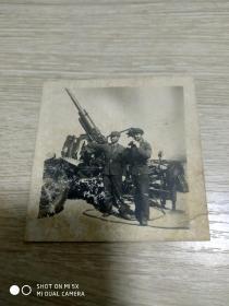 文革照片:高射炮旁两解放军战士(指挥)