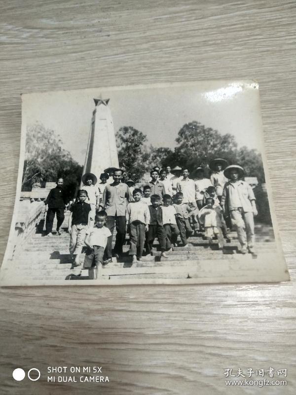 文革照片:1967年于中山小榄烈士陵园合影