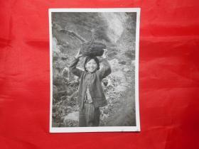 老照片:《山村女孩》(记者佚名 摄)