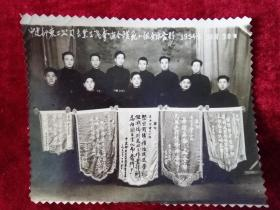 中建部东二公司专业工区模范小组全体合影1954年10月30日