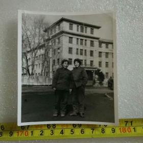 老照片;文革时期的解放军(女兵)【在长春市同志街与隆礼路解放军兽医大学白楼 门前】