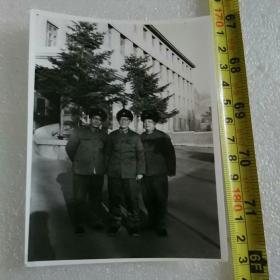 老照片;文革时期的解放军【在长春市同志街与隆礼路解放军兽医大学白楼 门前】